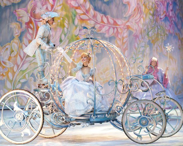 Cinderella on the way to the Ball - Disney on Ice Presents Dare to Dream
