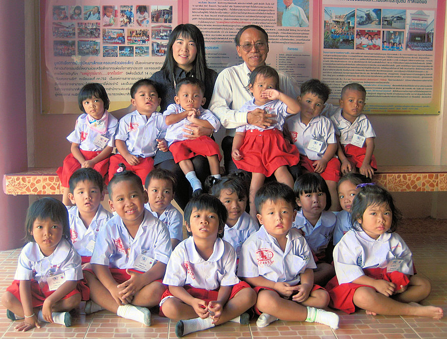 Dr Amporn with Thai Children - The Boy with a Bamboo Heart: The Story of a Street Orphan Who Built a Children's Charity