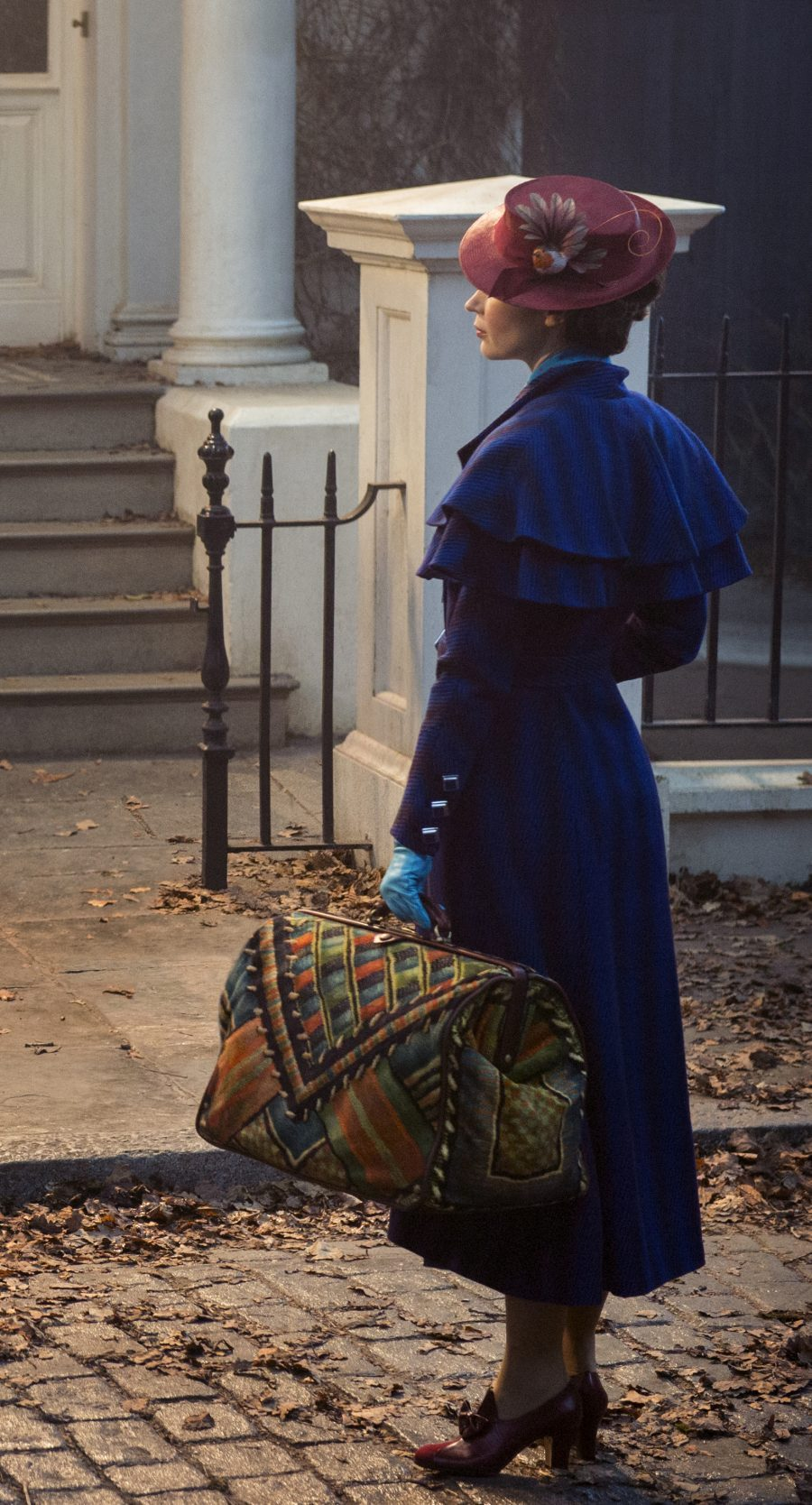Mary Poppins (Emily Blunt) returns to the Banks home after many years and uses her magical skills to help the now grown up Michael and Jane rediscover the joy and wonder missing in their lives in MARY POPPINS RETURNS, directed by Rob Marshall.